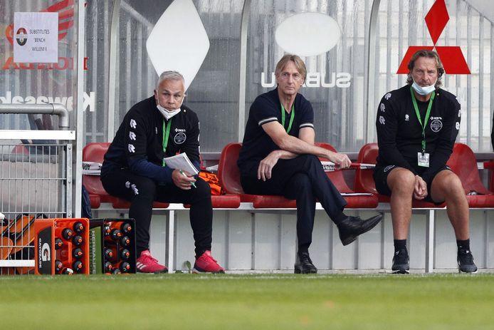 Adrie Koster (midden) tijdens de wedstrijd van Willem II tegen Progrès Niederkorn.