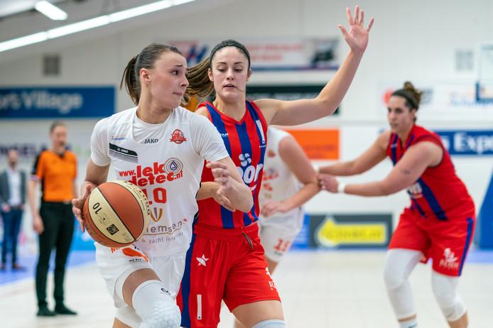 Batouwe-speelster Lisanne de Jonge in duel met Katie Bussey van Loon Lions.