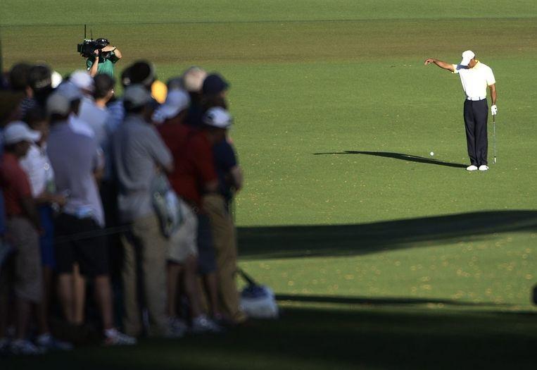 Het gewraakte moment op de tweede dag van de Masters. Tiger Woods dropt de bal op de verkeerde plek. Hij krijgt er een dag later twee strafslagen voor. Beeld epa