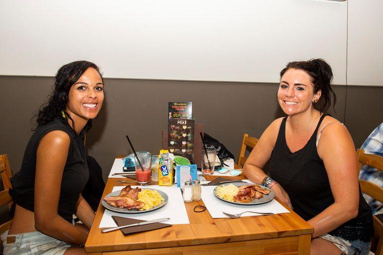 Festivalgangers Rashida en Tray genieten van een oer-Vlaams ontbijt in Bar Baarjo.