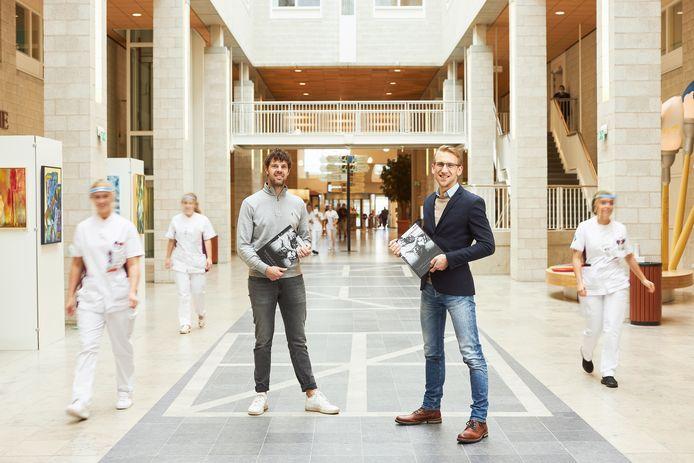 Jeffrey Groeneweg (links) en Jasper van Everdingen hebben een boek uitgebracht met foto's en verhalen uit de eerste golf.