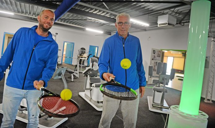 Ad Luttikhuis (R) is de nieuwe exploitant van het Racket & Fit Center in Borne. Naast hem staat tennisleraar Pascal Nijland.