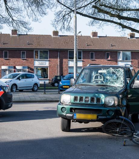 Fietsster naar ziekenhuis na botsing met terreinwagen in Tilburg