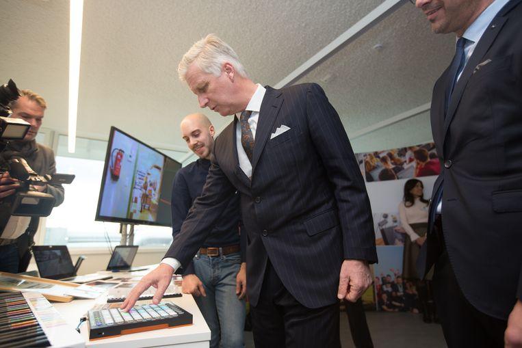 Tijdens het bezoek van koning Filip aan de T2 Campus in Genk mocht hij zelf proeven van technieken van de toekomst. Hier stuurt hij een systeem aan dat dient als muzikale therapie voor mensen met autisme.