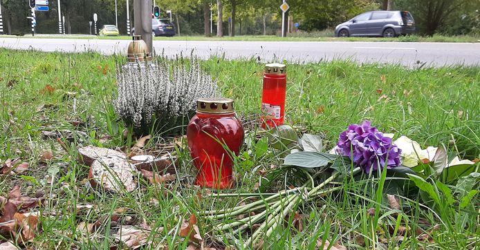 Kaarsjes en verse bloemen donderdagmiddag, op de plek waar Rik van de Rakt stierf.