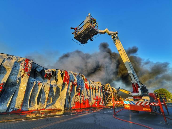 Sloopwerkzaamheden na brand bij Van der Heijden Transport in Hapert gaan hele dag duren