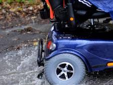 Omstanders halen vrouw met scootmobiel uit water in Vleuten