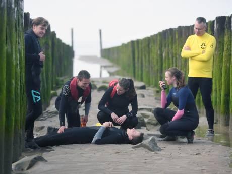Generale repetitie strandwachtexamens in Zoutelande: 'onwennig en spannend'