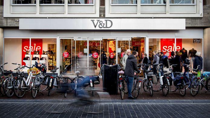 Winkelend publiek bij de Vroom en Dreesman in Leeuwarden.