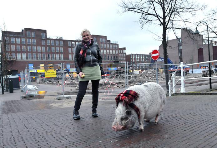 Bewoonster Sonja Sint met haar varken Bob in Zuidpoort.