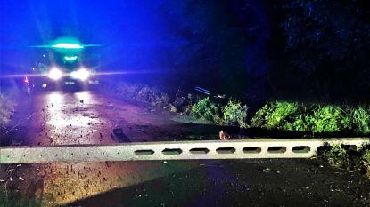 Elektriciteitspaal kraakt af en blokkeert weg na ongeval, bestuurder lichtgewond