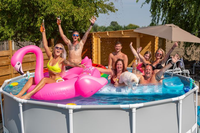 Oud Vossemeer 08–08-2020 - Foto: Pix4profs/Iman Fase. Zwembad in de achtertuin, Stefanie, Dennis, Jerremey, Ellen, Michelle en Johan, genieten met volle teugen!!