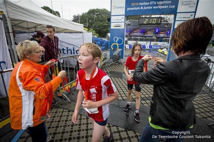 Finish van de Rabo Super (sprint) Kids Triathlon op de Kalfstermansweide in Holten