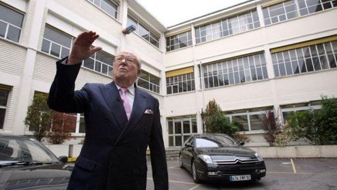 """Jean-Marie Le Pen devant le """"Paquebot"""" en 2009 (afp)."""