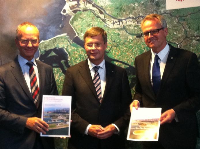 Minister Henk Kamp (Economische Zaken), oud-premier Jan Peter Balkenende en commissaris van de koning Han Polman.