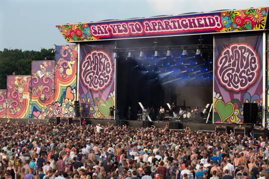 Duizenden mensen voor het hoofdpodium van de Zwarte Cross, het grootste festival van Nederland.