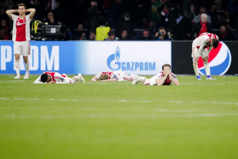 Verslagen Ajacieden na de verloren halve finale in de Champions League tegen Tottenham Hotspur, vorig seizoen. De langdurige en attractieve Europese campagne had een groot effect op het internationale bereik van Ajax.  Beeld BSR Agency