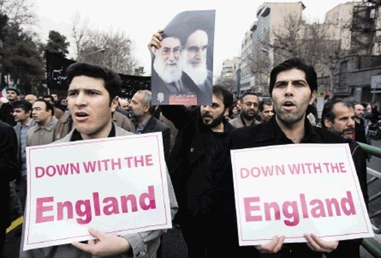 Aanhangers van Ahmadinejad demonstreren tegen de oppositie en tegen westerse 'inmenging'. (FOTO REUTERS) Beeld REUTERS