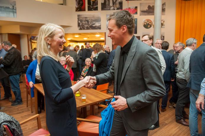 Bianca Laheij (CDA) feliciteert Bart de Leeuw van SSM met de verkiezingsoverwinning.
