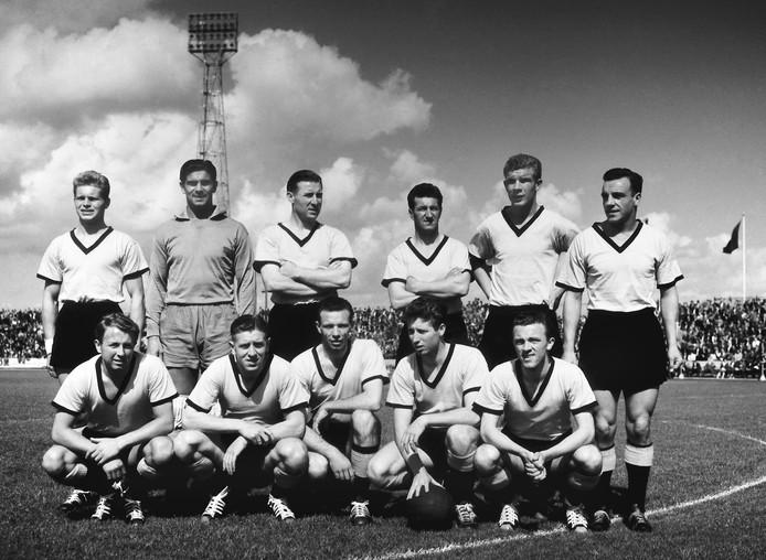 Het kampioensteam van DOS in 1958, dat later werd gefuseerd met Velox en Elinkwijk.