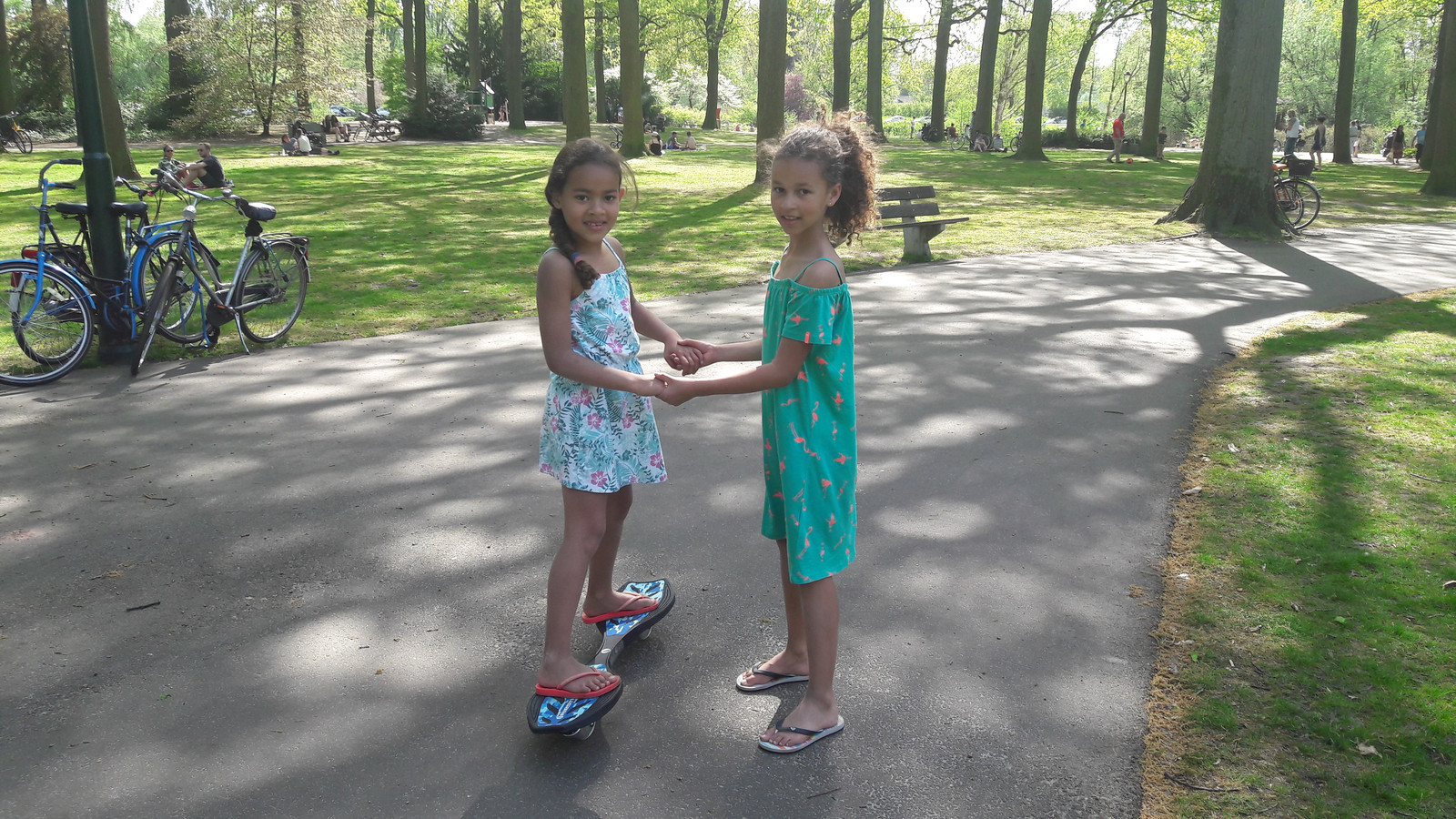 Gezellig met je vriendinnetje een rondje maken door het park.
