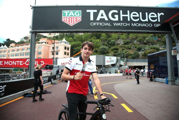 Charles Leclerc van Sauber kwam met de fiets.