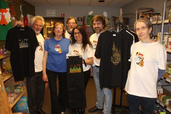 Marlies (tweede van links) en de andere vrijwilligers van SOS Chili met de Aalsterse T-shirts.