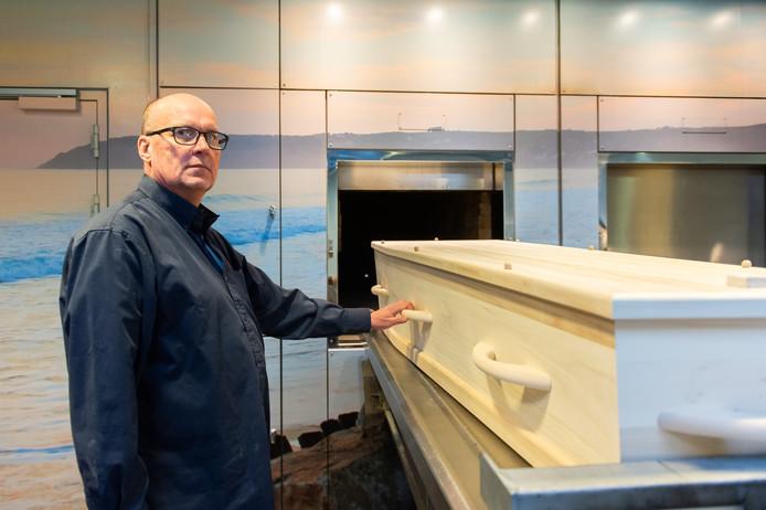 Algemeen medewerker Jan van der Horst bij een van de ovens van crematorium Zuylen in Breda.