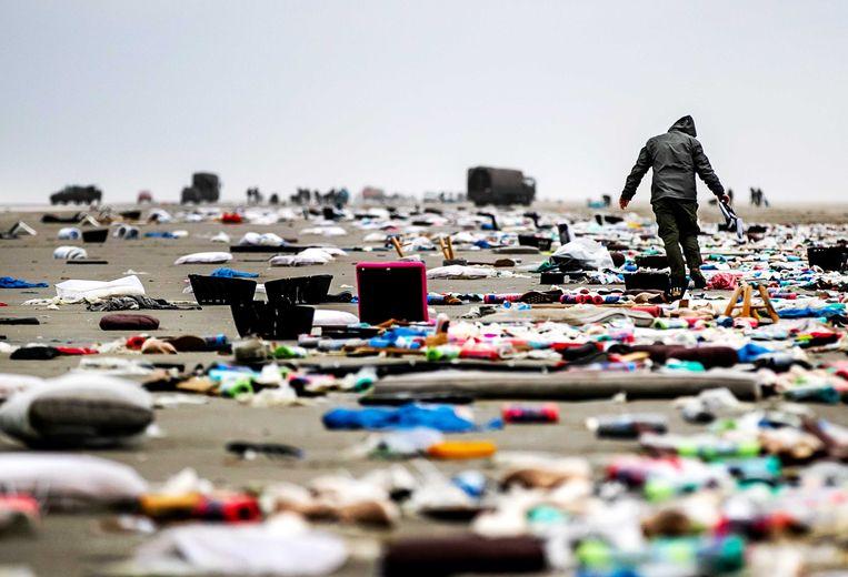 Vrachtschip MSC Zoe verloor 342 containers. De spullen spoelden aan op Schiermonnikoog.  Beeld ANP