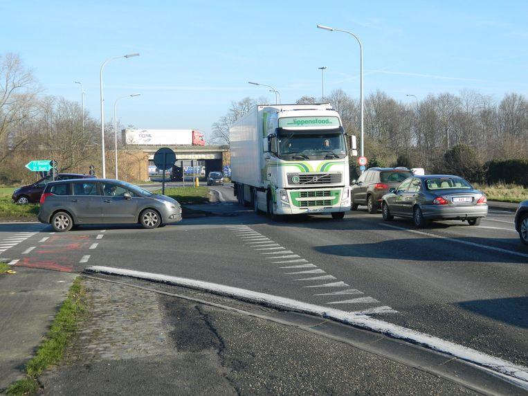 De afrit E40 aan de Tieltsesteenweg in Aalter is vandaag een gevaarlijk punt. Net voorbij dat punt wordt dit voorjaar een nieuwe rotonde aangelegd.