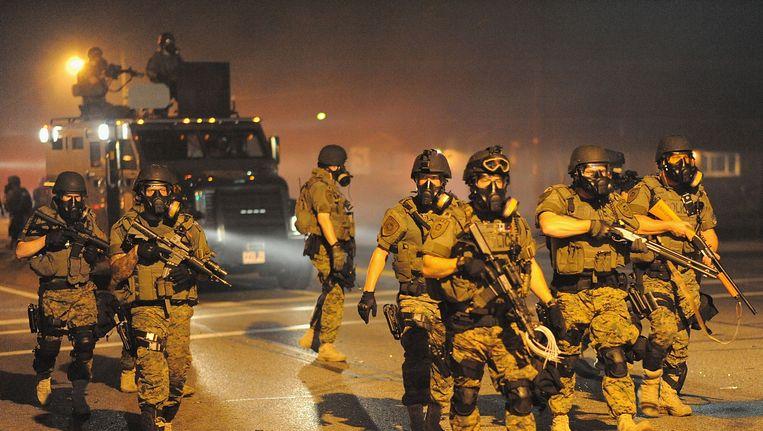 Politie in Ferguson bij rellen gisteravond Beeld AFP