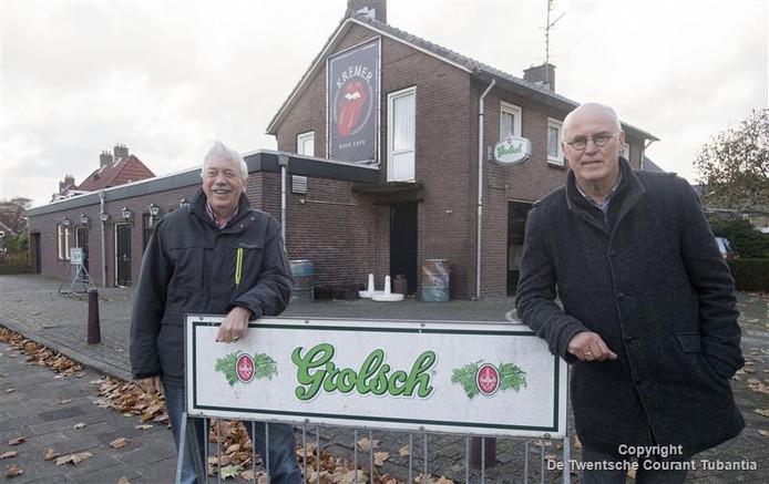 Klaas Dragt (links) en Hans Nieboer van de stichting Levend Vroomshoop hebben zich beziggehouden met een nieuw boek over de cafés in Vroomshoop.