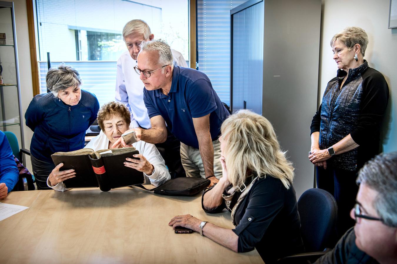 'Unbelievable' De hele familie wil die stokoude archiefstukken met eigen ogen zien.