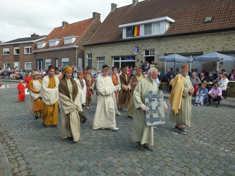 Traditioneel stappen heel wat inwoners mee in de stoet.