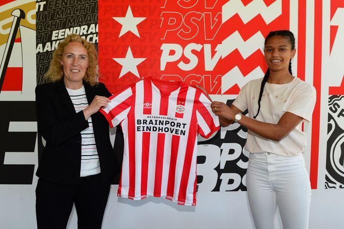 Esmee Brugts (rechts) showt het shirt van PSV. Links manager vrouwenvoetbal Sandra Doreleijers.