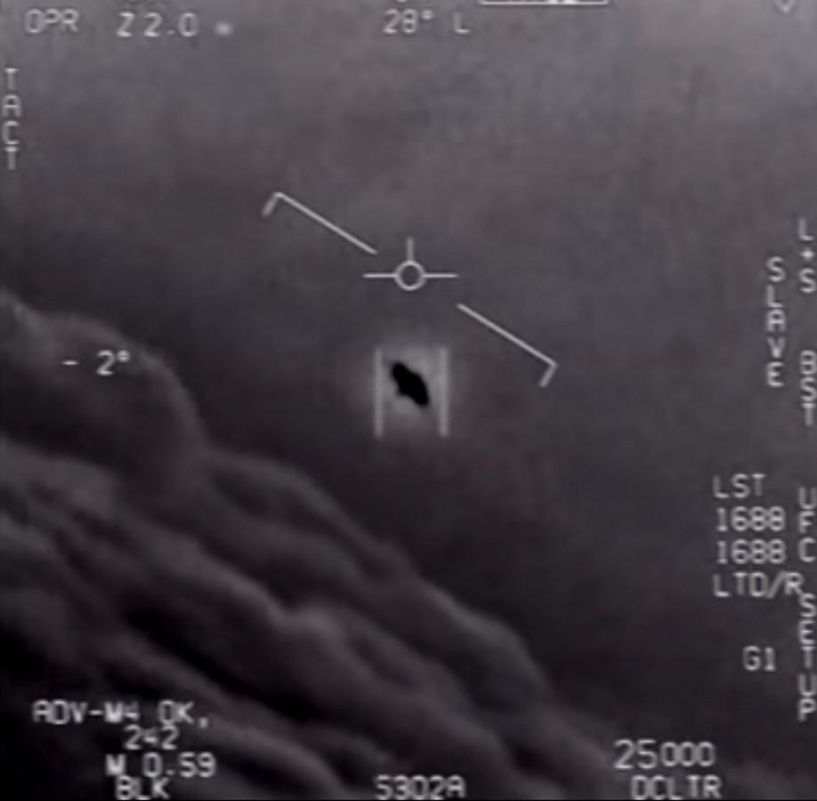 Een vrijgegeven beeld uit een eerder door het Pentagon vrijgegeven video van een onbekend vliegend voorwerp.