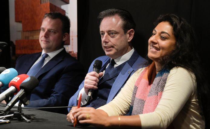 Bart De Wever en Jinnih Beels bij de presentatie van het Antwerpse bestuursakkoord 'De Grote Verbinding'. Links Philippe De Backer (Open Vld) die uit de politiek stapt.
