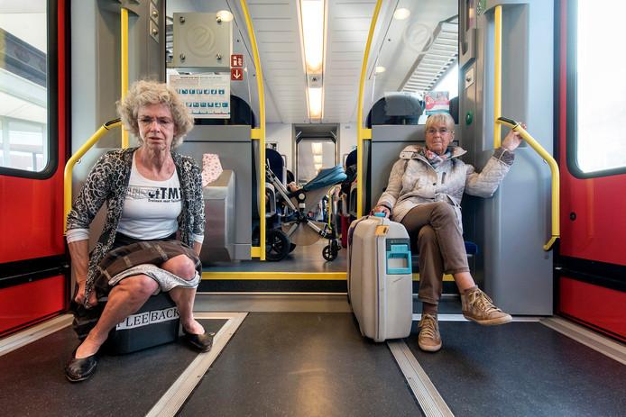 vrouw op balkon van trein zittend op kist waarop playback staat, play met dubbel ee
