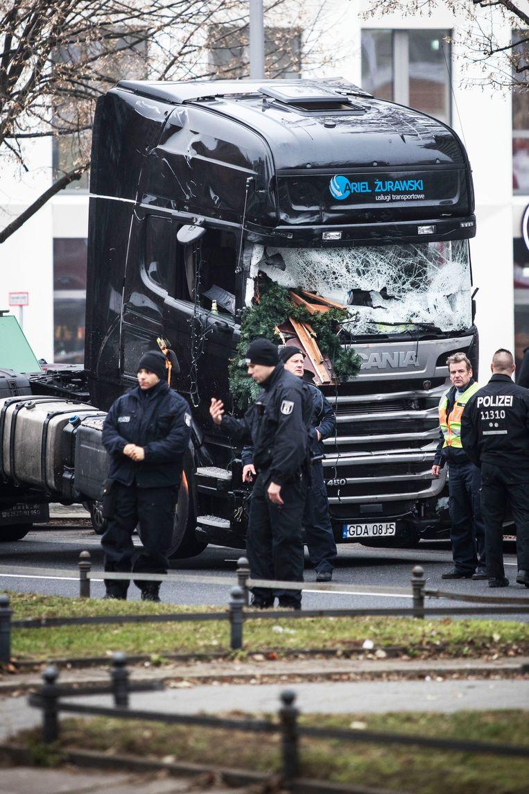 De Duitse politie heeft de truck die werd gebruikt bij de vermoedelijke aanslag in Berlijn, vanmiddag weggesleept voor sporenonderzoek. Beeld Photo News