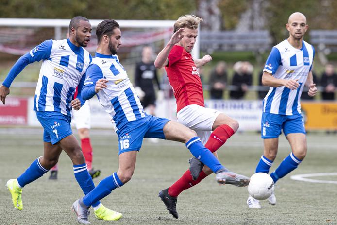 Excelsior'31-middenvelder Jasper Veltkamp probeert Hoek-speler Karim Bannani de bal te ontfutselen.