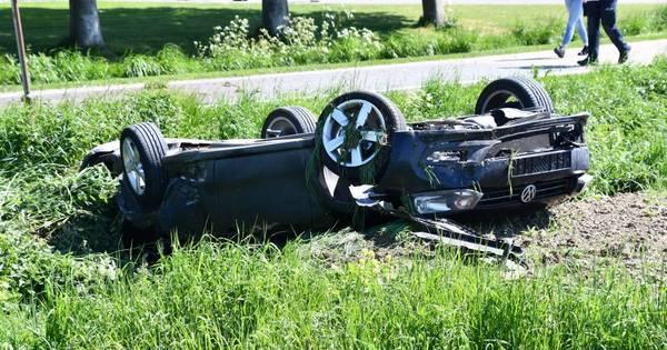 Auto op de kop in sloot na botsing Kloosterzande.