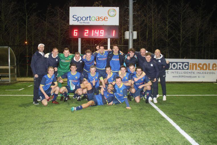 De spelers en staff van Rotselaar poseren trots voor het scorebord.