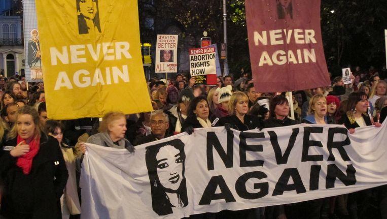 Ierse demonstranten eisen dat abortus mogelijk wordt wanneer het leven van een vrouw in gevaar is Beeld AP