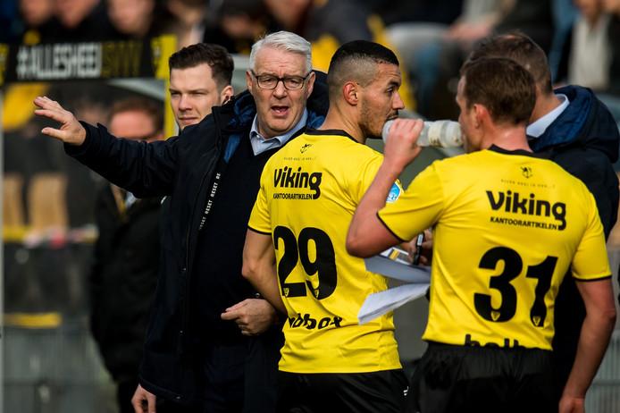 Hans de Koning (l) instrueert de spelers van VVV.