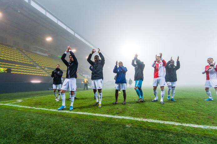 De spelers van Feyenoord bedanken de meegereisde fans nadat het duel met Fortuna Sittard definitief is gestaakt.