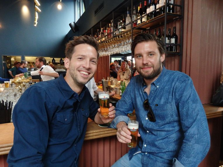 De exploitanten Wessel Kuipers (l) en Alex Permeke: 'Het eerste café hier in de buurt waar je echt aan de bar kunt zitten.' Beeld Schuim