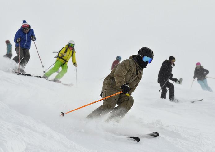 In het Franse Val Thorens (2300 meter hoog) kon twee weken geleden al volop geskied worden. Er komt echter zoveel sneeuw aan dat ook de lagere pistes nog voor de kerstvakantie open zijn.