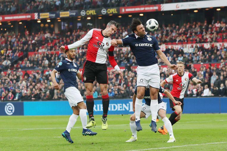 Feyenoord-spits Robin van Persie (midden) in duel met Sander Fischer van Excelsior.  Beeld ANP Pro Shots