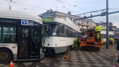 Twintigtal passagiers en buschauffeur gewond bij botsing tussen lijnbus en tram in Deurne