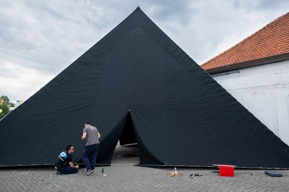 De zomerbar van discotheek La Rocca is in opbouw. Blikvanger wordt een dertien meter hoge tipi aan de ingang.